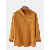Camisas henley con dobladillo alto-bajo de color sólido de manga larga con bolsillo en el pecho de lino para hombre