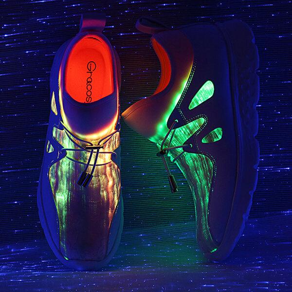 大型の女性はColorful LEDの歩くスニーカーを満たす靴USBをつけます