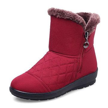 暖かい冬のカジュアルな毛皮の裏地を下にして足首のスノーブーツを保つ